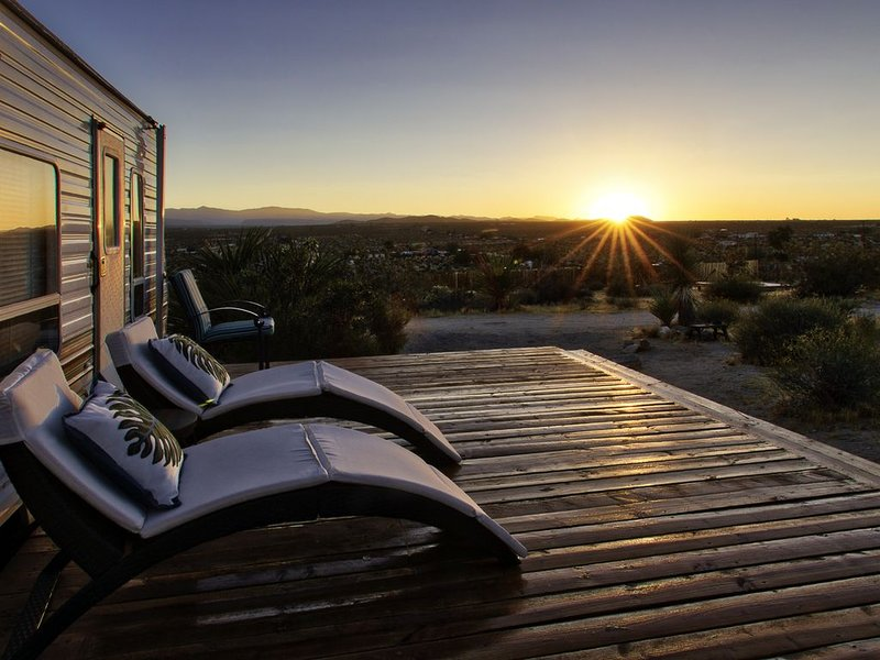 Welcome to Open Sky, starry nights, sunsets. Near Joshua Tree National Park, vacation rental in Joshua Tree
