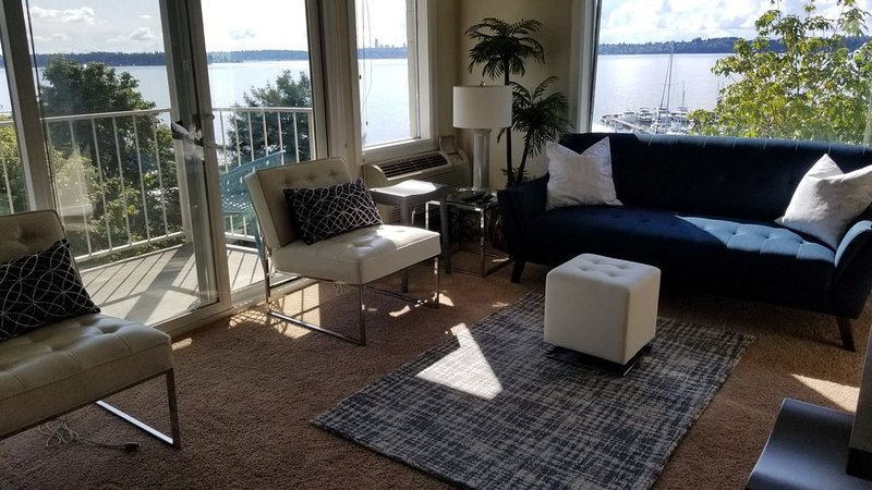 Relaxing View and Walking Distance to downtown Kirkland! Easy freeway access., location de vacances à Kirkland