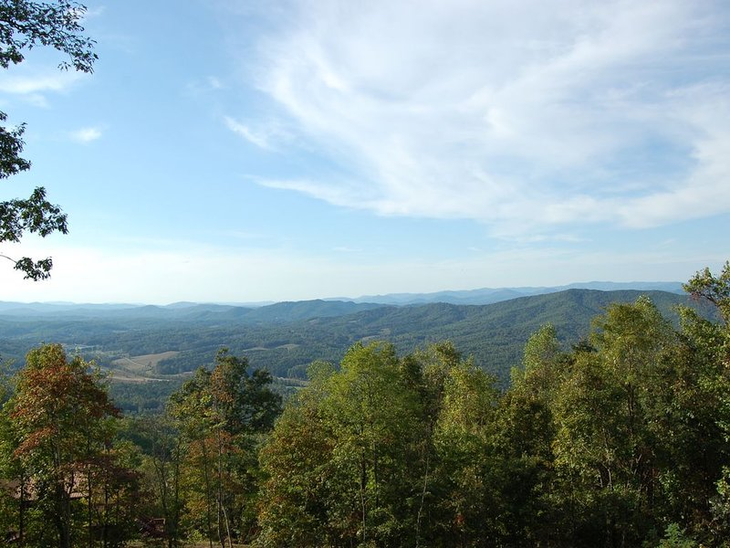 Mountain Top Cabin 5 minutes from the John C. Campbell Folk School, holiday rental in Brasstown