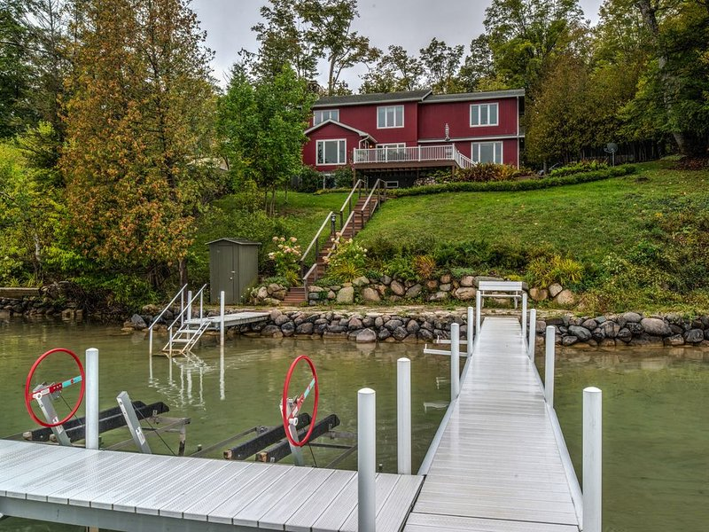 Walloon Lake lakefront home 4 bedroom private cottage on beautiful west arm, holiday rental in Walloon Lake