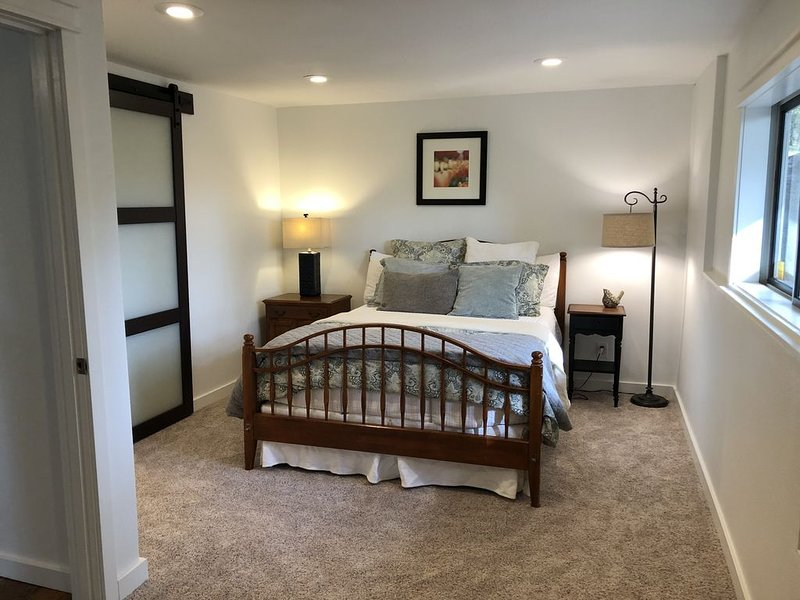 Country Quiet City Convenience, Brand new space-everything's new! Keyless Entry., holiday rental in Monmouth