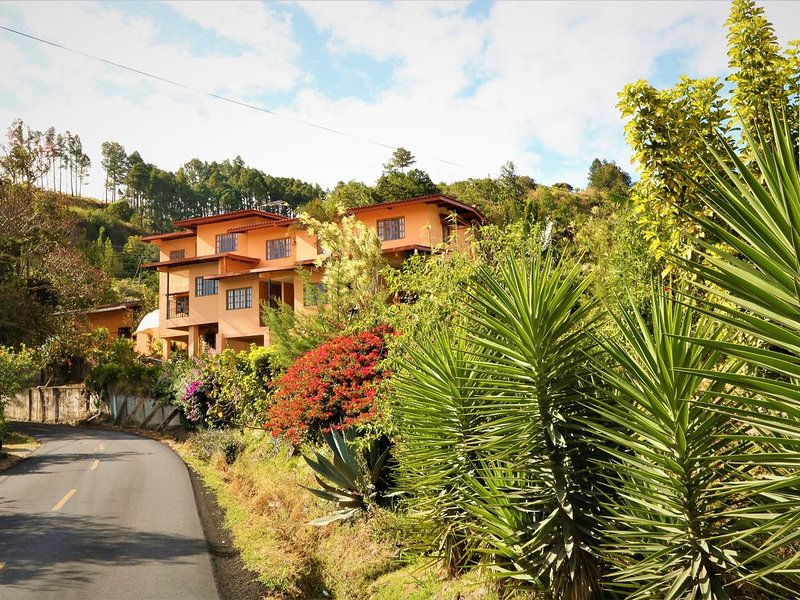Romance Downtown Boquete Apartment * Aparthotel Los Pinos, holiday rental in Volcan