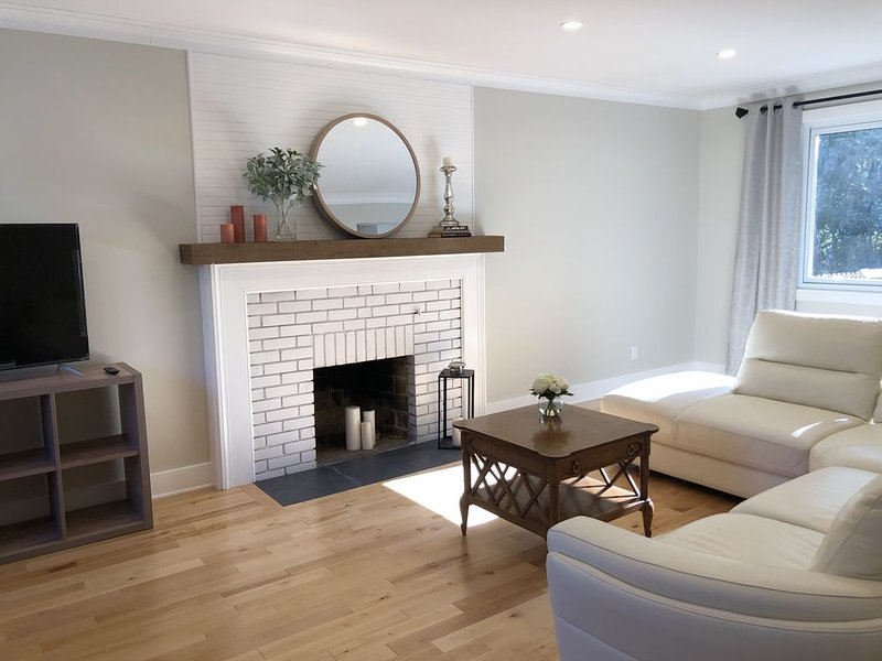 Newly renovated cottage in Pointe-Claire South, holiday rental in Pincourt