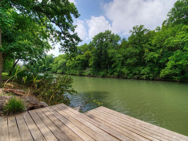 Completely restored cabin on the banks of the Blue River!, holiday rental in Tishomingo