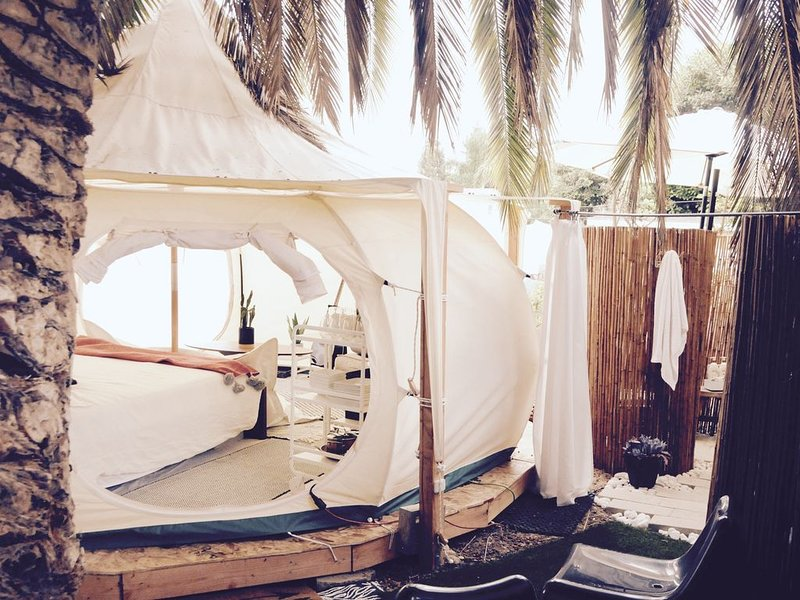 Carlsbad Glamping Belle Tent with outdoor bath & backyard extras!, casa vacanza a Lake San Marcos