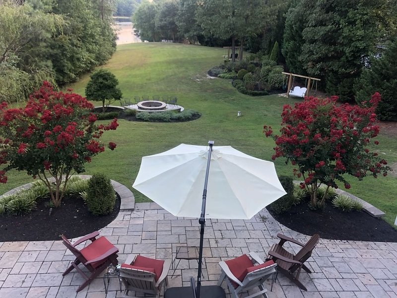 Experience luxury on lake Anna at this beautiful lake front home., alquiler vacacional en Bumpass