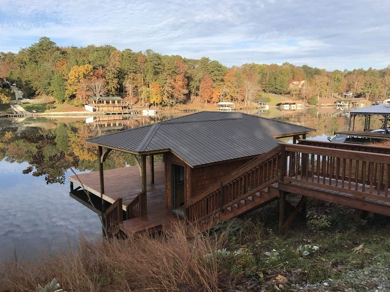 A Beautiful Lake Home awaits you!!!, holiday rental in Fosters