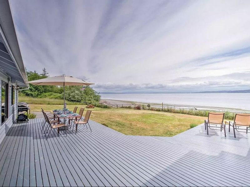 Luxury Waterfront Home w/ Pool on the Puget Sound!, casa vacanza a Clinton