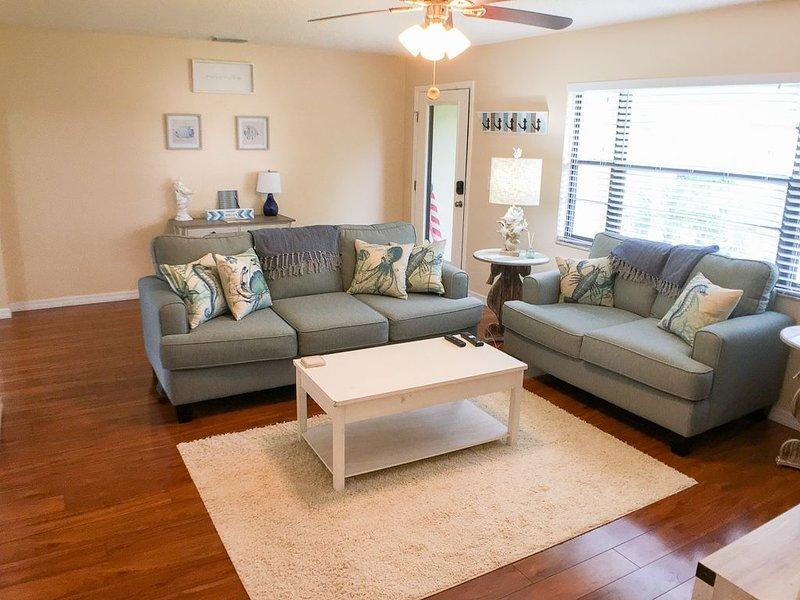 Beautiful Beach Home, Lake View, Quiet Culdesac,  3 miles from Siesta Key Beach, aluguéis de temporada em Gulf Gate Estates