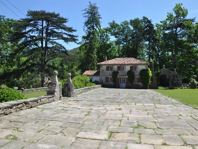 House in village near beach and mountain, alquiler vacacional en Sare