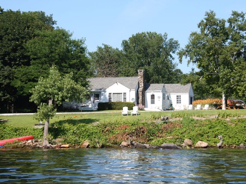 Lakeside cottage with west shore island sunsets and views of the Adirondacks., holiday rental in Grand Isle