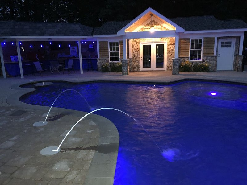 Large Pool & Hot Tub, near Quantico. Backyard DAY parties & cookouts welcome, alquiler de vacaciones en Fredericksburg