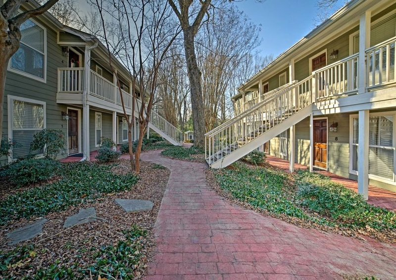 Cozy End Unit Condo just One Block from the Square, vacation rental in Oxford