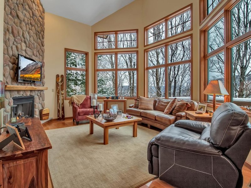 Spectacular Ski Townhouse across from Holiday Valley, Ferienwohnung in Little Valley