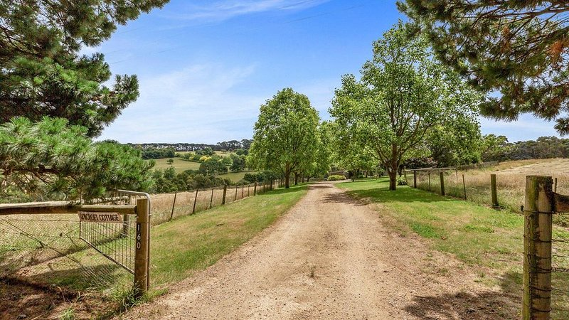 Lyncroft Cottage - Country living, great spot to relax and watch cattle grazing, holiday rental in Red Hill