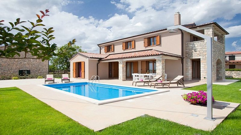 Modern Villa with A/C and Private Pool (Heated) in a Peaceful Area close to Svet, holiday rental in Mofardini