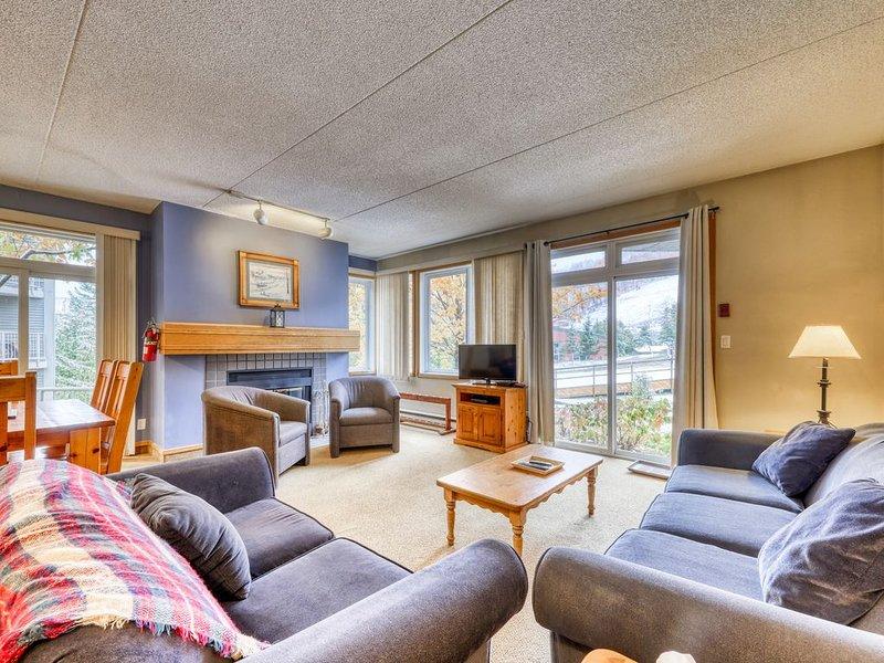 Slopeside, Blue Mountain getaway w/ a fireplace & small deck – semesterbostad i Eugenia
