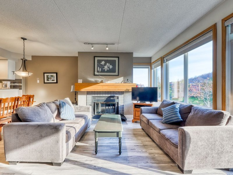 Beautifully-renovated condo in Blue Mountain w/ a fireplace, holiday rental in Craigleith
