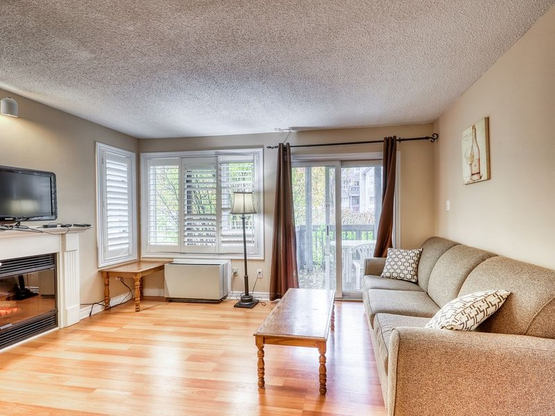 Walk to lift/shuttle! Cozy condo w/ shared pool, tennis - dogs OK!, holiday rental in Meaford