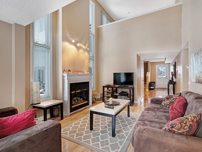 Spacious and convenient condo w/seasonal swimming pool and gas fireplace, holiday rental in Blue Mountains