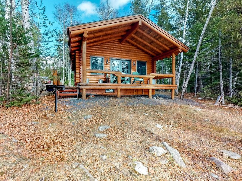 Lakefront cabin with/ wood stove, outdoor firepit, and beautiful views!, aluguéis de temporada em Kokadjo