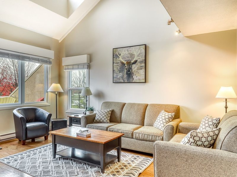 Delightful ski-cation retreat w/balcony & golf course views!, holiday rental in Blue Mountains