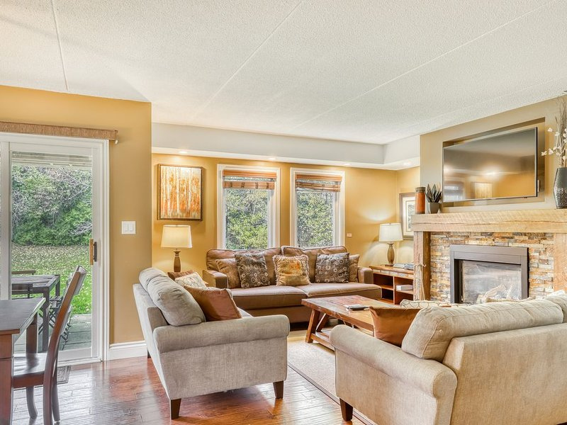 Ground level luxury condo w/ a full kitchen, fireplace, & outdoor dining area, holiday rental in Blue Mountains