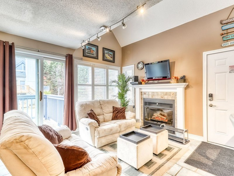 Walk-to-slope condo w/ fireplace & shared hot tub, pool & tennis!, holiday rental in Meaford