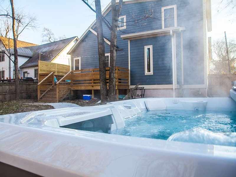 Nashville Bungalow w/ HOT TUB  10 min from Downtown!, vacation rental in Nashville