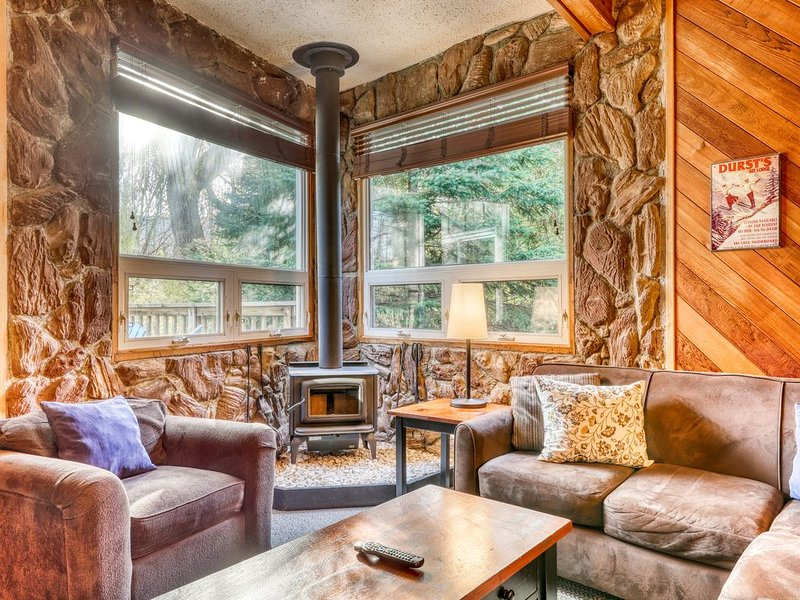 Updated chalet w/ a full kitchen, fireplace, sunroom, deck, & private hot tub, holiday rental in Craigleith