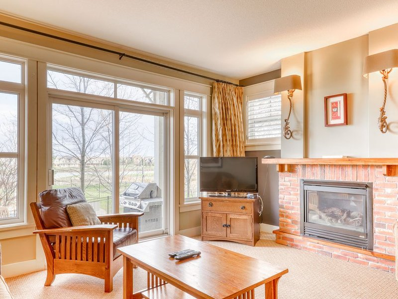 Convenient condo steps from Blue Mountain Village w/shared pool & hot tub!, holiday rental in Craigleith