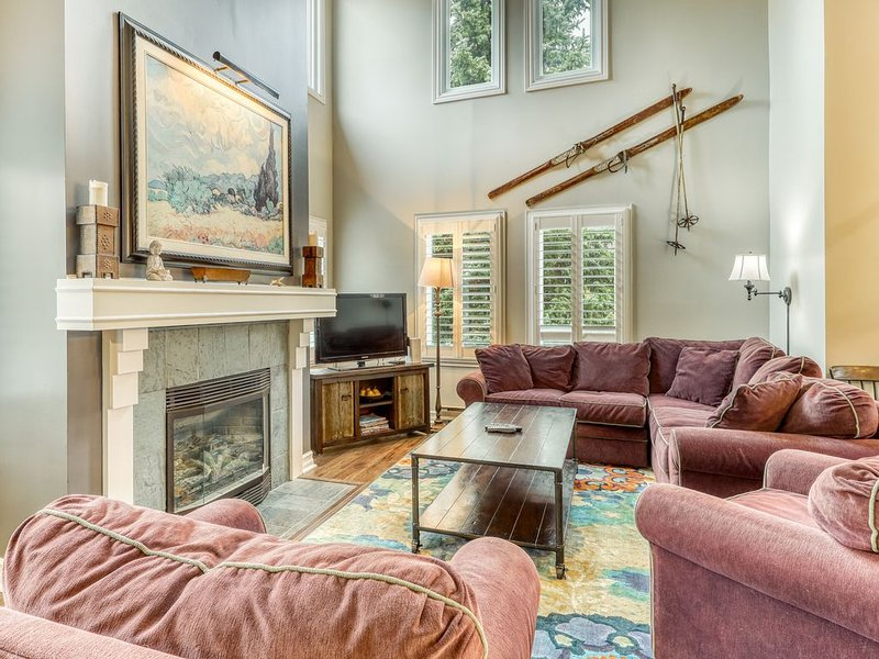 Renovated condo w/ fireplace - steps to Blue Mountain Village, lifts & golf!, location de vacances à Grey County