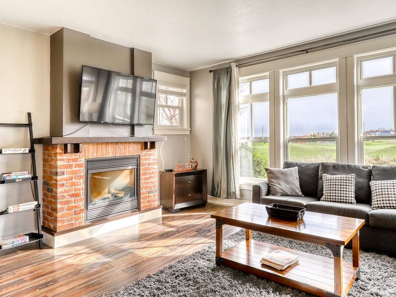 Elegant, Renovated Condo w/Golf View, Free WiFi, & Gas Grill - Walk to Village!, holiday rental in Craigleith