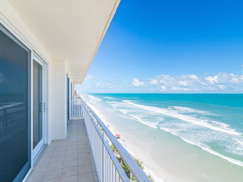 Direct Oceanfront 3 bed, 3 bath, sleeps 10!, holiday rental in Daytona Beach Shores