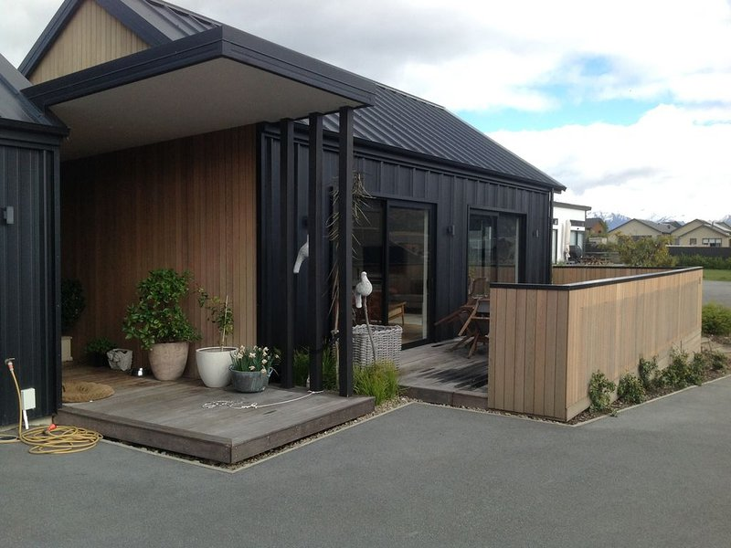 Modern home in quiet area, near walking and cycle tracks and 5 mins to lake., holiday rental in Lake Hawea
