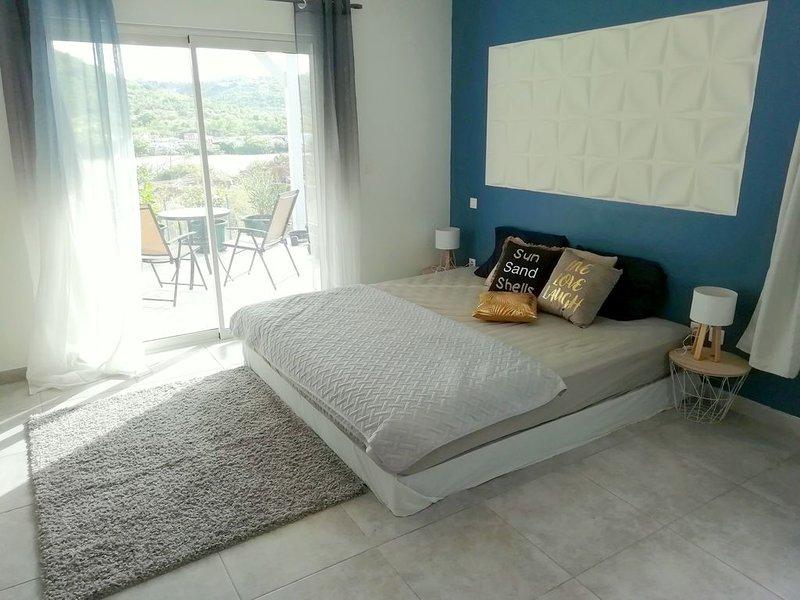 Lovely room in a nice villa with a big garden, close to Friars bay beach, aluguéis de temporada em La Savane