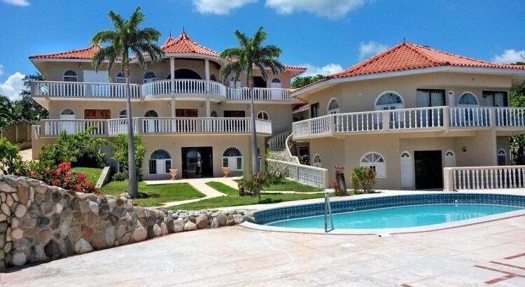Quiet oceanfront suite with private balcony at Rockcliff. Minutes to Ocho Rios, alquiler vacacional en Boscobel
