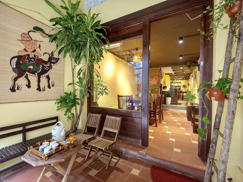 HARMONY Homestay * BEAUTIFUL &VINTAGE DECOR, PERFECTLY LOCATED IN OLD QUARTER, holiday rental in Bac Ninh