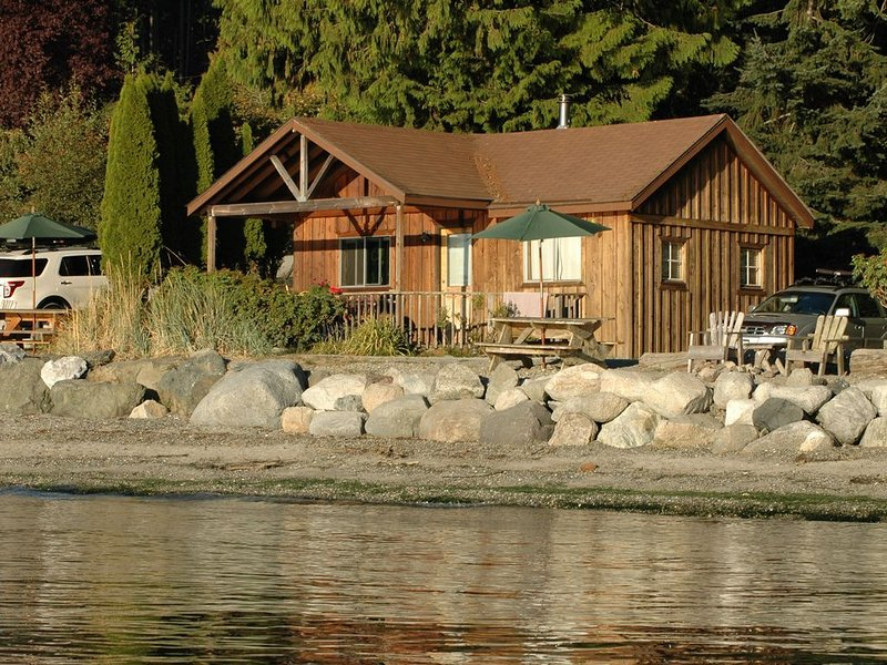 Beachfront 2BR Classic Cabin - stunning west-facing beach with epic sunsets!, location de vacances à Deer Harbor