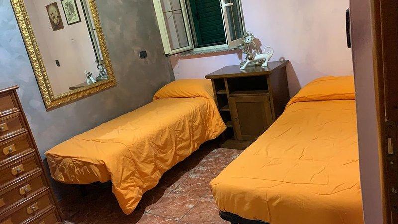 Casa nel centro del paese vicinissima al mare, holiday rental in Gioiosa Ionica