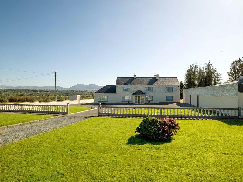 Cosy Traditional Farm House 20mins To Killarney, holiday rental in Kilcummin