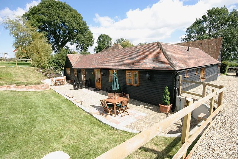 Rustic 2 Bed North Stable. Dog & Family Friendly in the Heart of the Kent Downs, holiday rental in Brabourne