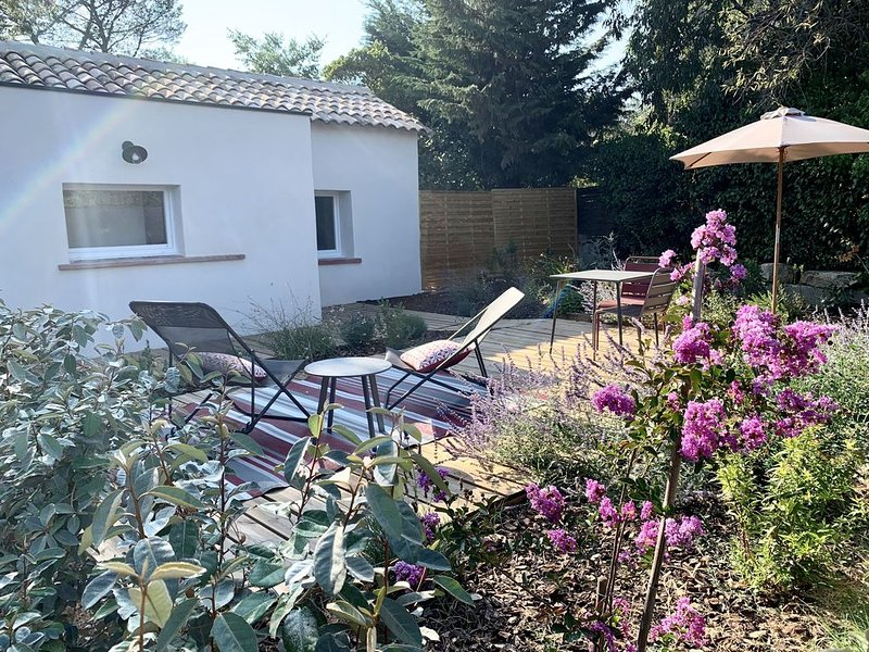 Mazet de charme climatisé et jardin privé à Nîmes, location de vacances à Caveirac