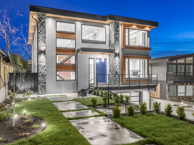 Executive custom home with sauna ,5 bedrooms 6baths 2 kitchens wine room ,, vacation rental in Burnaby