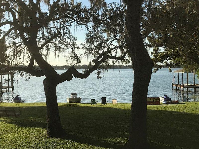Beautiful Spacious Lakefront home, holiday rental in Lorida