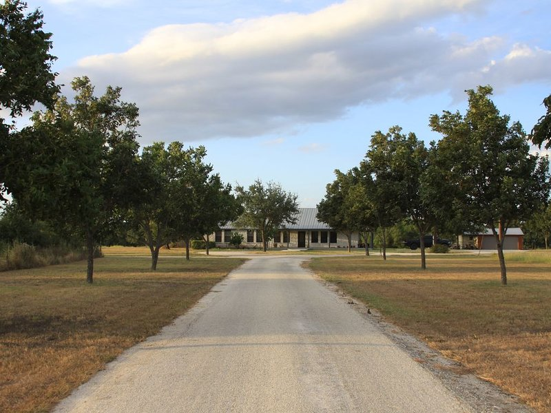Castroville Modern Farm House, holiday rental in Lakehills