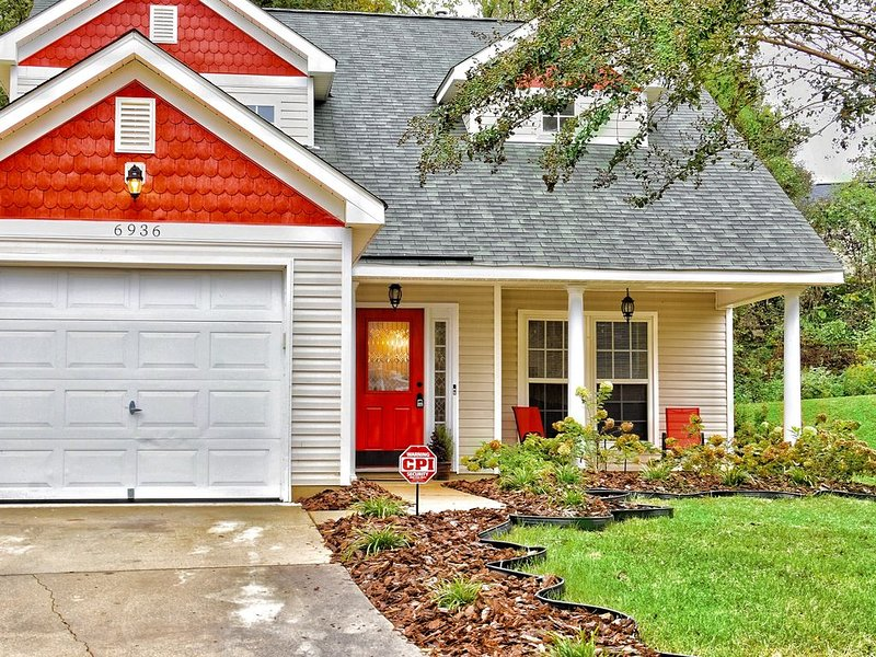 A Charming/Cozy/Spacious Home, vacation rental in Huntersville