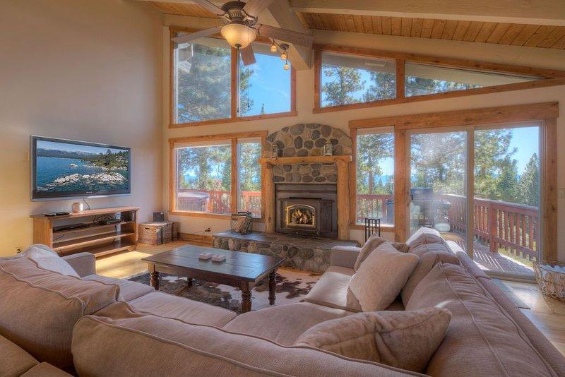 Kings Beach Family Retreat | Lake Views & Hot Tub – semesterbostad i Tahoe Vista