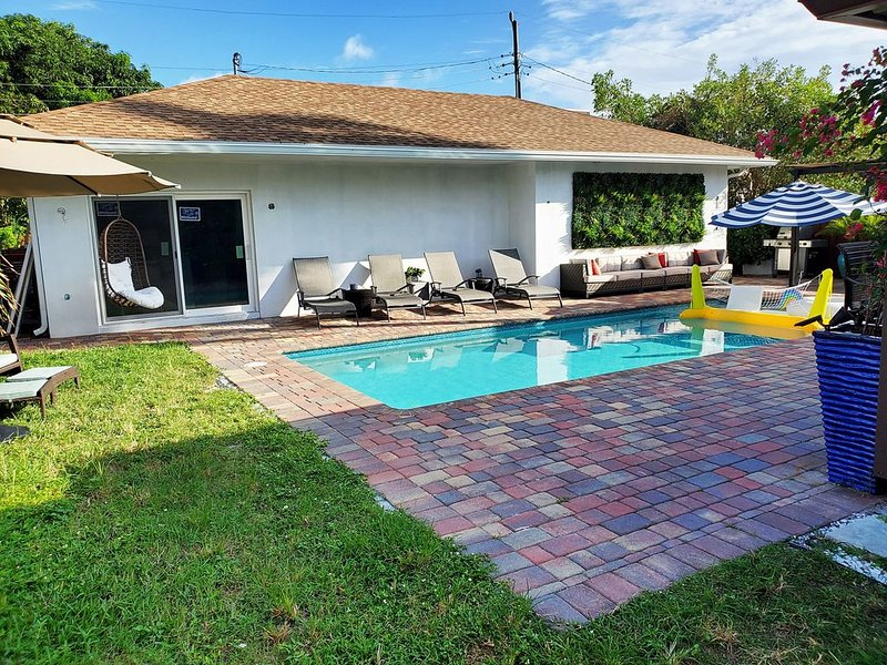 New Condo with Heated Pool Laundry & More, casa vacanza a Oakland Park