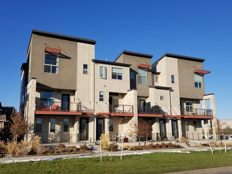 Modern Townhome Near Amenities, Highway, Airport, Downtown, vacation rental in Henderson